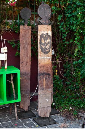 פסלים אתיופיים של שומרי סף. ''אפרו'' (צילום: ענבל מרמרי)
