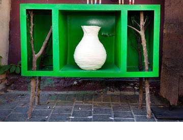 שילוב של יציקות פלסטיק וענפי עץ. שידה ירוקה בעיצוב עדי זפרן, ''אסופה'' (צילום: ענבל מרמרי)