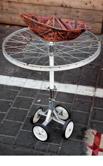 שולחן מגלגלי אופניים, ''אסופה''. סירת עץ, ''one bedroom'' (צילום: ענבל מרמרי)