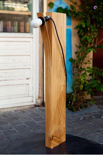 מנורת עץ עומדת בעיצוב עדי זפרן, ''אסופה'' (צילום: ענבל מרמרי)