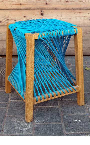 שרפרף עם חבלים בעיצוב אורי ארואסטי (צילום: ענבל מרמרי)