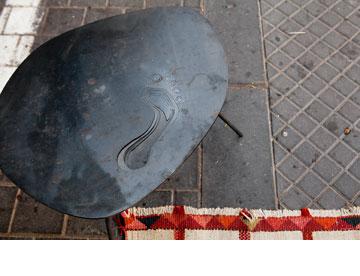 שולחן ברזל עם טביעת רגל. ניסים פורת (צילום: ענבל מרמרי)