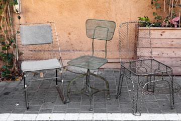 כסאות בסגנון תעשייתי. ''one bedroom'' (צילום: ענבל מרמרי)