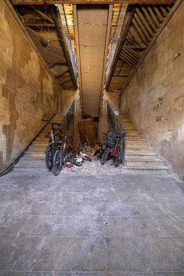חספוס תעשייתי בכניסה לחדר המדרגות, חופשה ים תיכונית בתוך הדירה (צילום: איתי סיקולסקי)