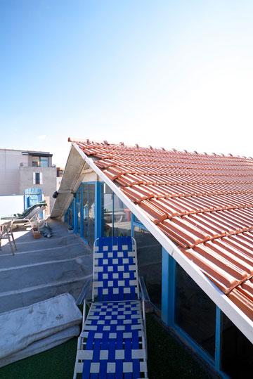 אזור העישון וההירגעות: הגג של שירלי איציק (צילום: איתי סיקולסקי)