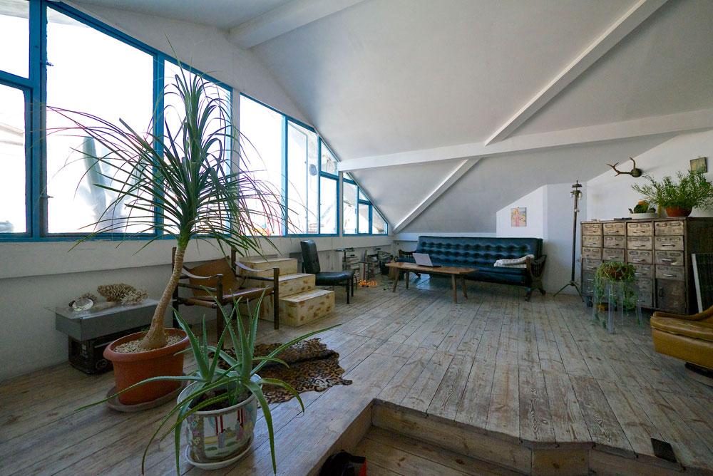 """""""אני לא מרגישה שאני מעצבת בית כמו שאני מעצבת תכשיט, אבל יש נקודות השקה"""" (צילום: איתי סיקולסקי)"""