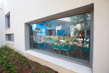 מציצים. גובה החלונות וגודלם אינו אחיד, כדי שילדים קטנים יוכלו להציץ (צילום: דור נבו)