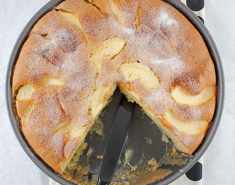 רכה ומבושמת בווניל. עוגת תפוחים צרפתית (צילום: Jamie Schler)