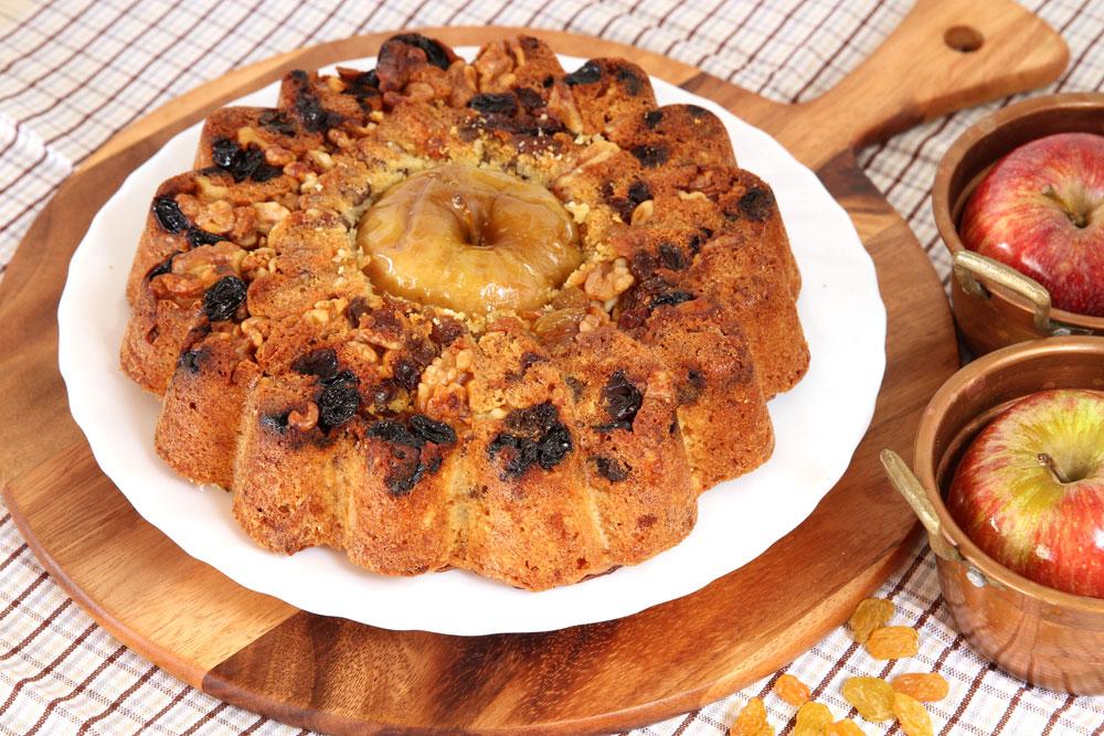 עוגת תפוחים בחושה עם צימוקים ואגוזים (צילום: אסנת לסטר)