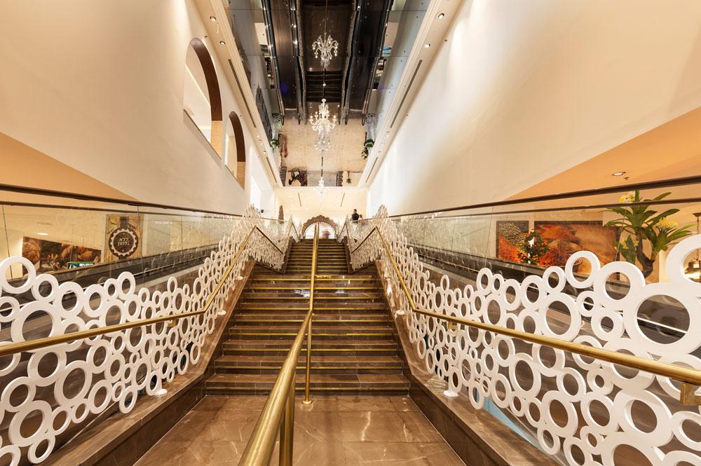 """בקצה המדרגות מחכה חנות אוכל. האדריכל נולד לאב איטלקי ולאם ישראלית, שירת בצה""""ל ודובר עברית שוטפת. """"חוויות הילדות התרבותיות שלי עברו במוזיאונים ובכנסיות"""" (צילום: אלעד גונן)"""
