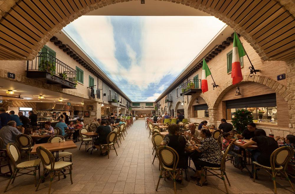 """הרחוב האיטלקי ב""""מרכז המזון"""" בנצרת עילית (ונא לא לעשות השוואות עם לאס וגאס). חמש שנות עבודה, שש קומות, השקעה של 300 מיליון שקל, מקום עבודה לכ-600 איש (צילום: אלעד גונן)"""