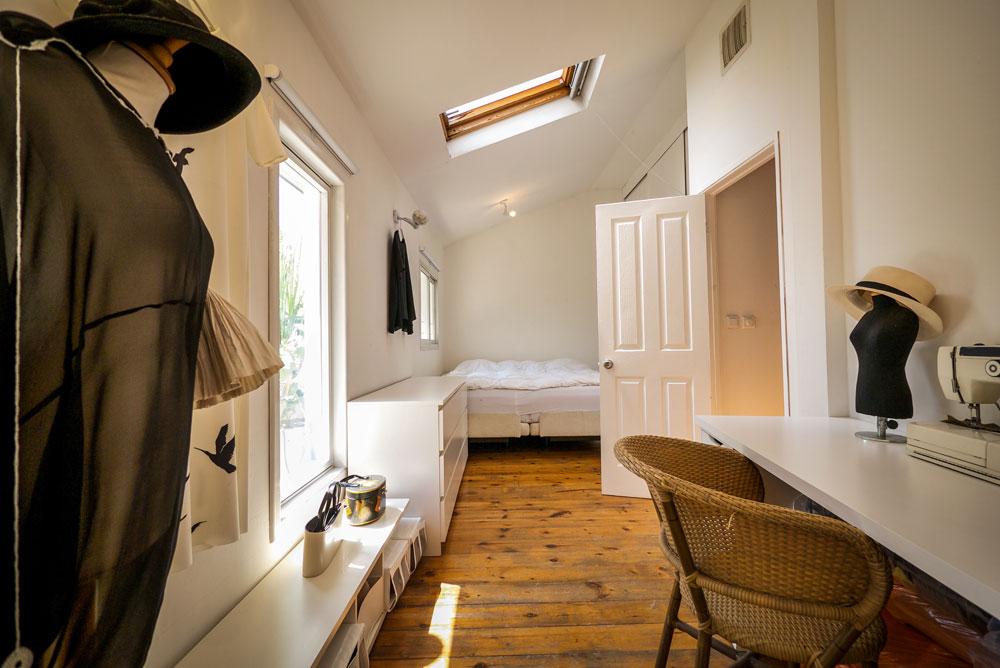 """חדר השינה. """"אני חווה את זה כאילו יש לי עליית גג רומנטית בפריז"""" (צילום: איתי סיקולסקי)"""