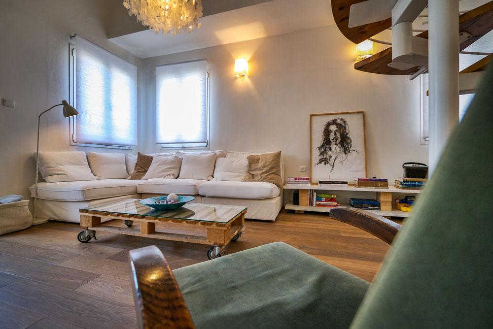 """""""את עיצוב הפנים, כמו בחירת הרהיטים והחפצים, אנחנו עשינו, אבל כמו בכל בית, בהדרגתיות. אני מניחה שאם אורי ואני היינו מעצבים את ביתנו מאפס – היינו מעצבים אחרת"""" (צילום: איתי סיקולסקי)"""