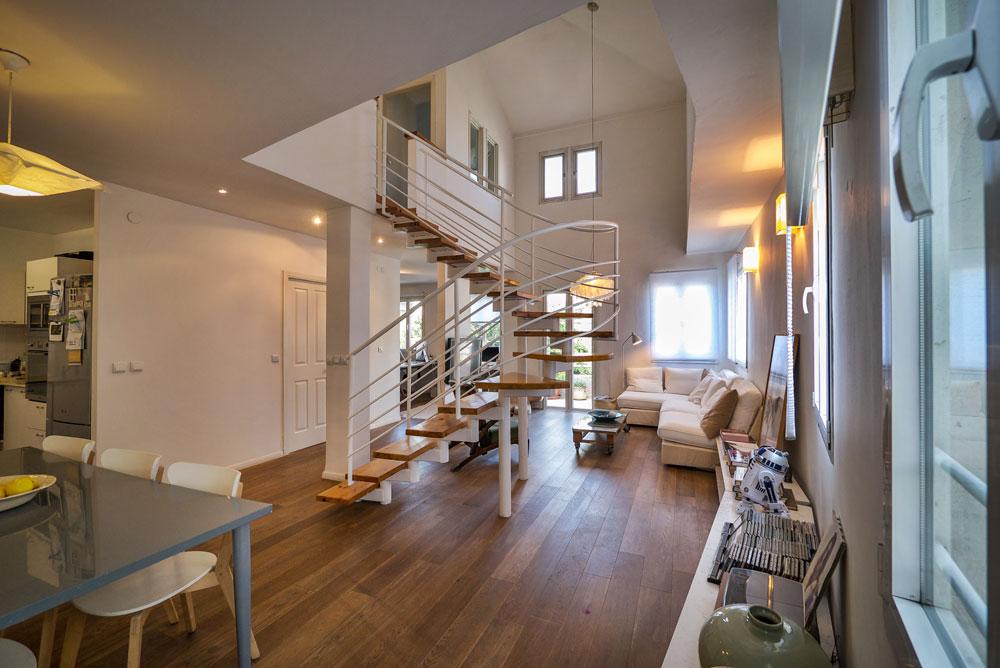 הבית משדר ניקיון עיצובי, והצבע הלבן שולט כמעט בכל חלקיו (צילום: איתי סיקולסקי)