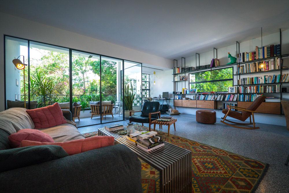 """""""הסיבה שבחרתי את הדירה היא העצים הירוקים שמקיפים אותה והאור הטבעי שנכנס אליה, לכן יש חלונות גדולים בסלון"""" (צילום: איתי סיקולסקי)"""