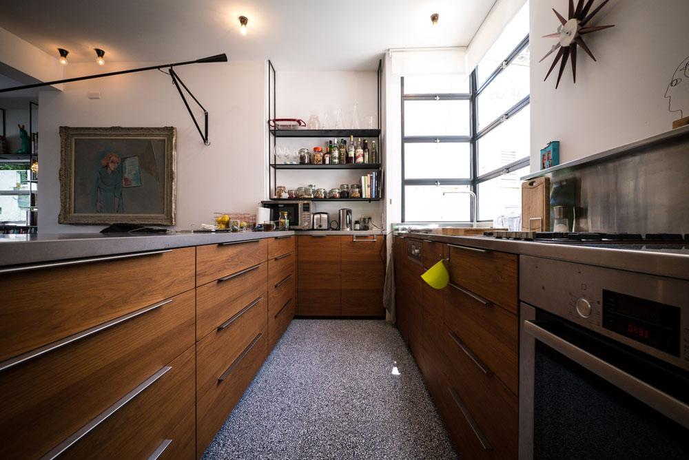 """""""ידעתי שבמטבח אני רוצה נירוסטה ושיש מבטון, כי יש לי פטיש לבטון"""" (צילום: איתי סיקולסקי)"""