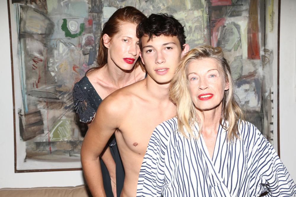מיקי בשמלה שחורה, ויוי בלאיש. קיטי בחלוק בית, אוסף פרטי. אדי במכנסי ג'ינס שחורים, H&M (צילום: יניב אדרי )