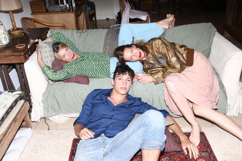 מיקי בקומבינזון, אוסף פרטי; ז'קט, דריס ואן נוטן בהלגה עיצובים. אדי בחולצה, ז'יל סנדר בטקטיק; מכנסי ג'ינס, אוסף פרטי. קיטי במכנסיים וחולצה – פראדה בהלגה עיצובים  (צילום: יניב אדרי )