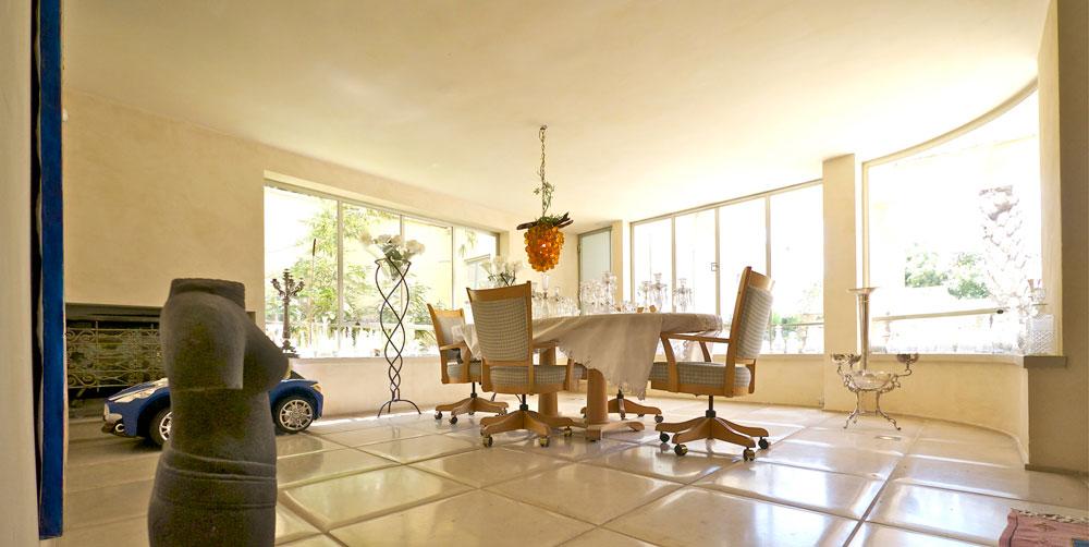 """""""עיצבתי את הבית בעצמי, בעזרתו של האדריכל אלי גולדשטיין. רכשתי אותו לאחר שעבר שיפוץ מלא, אך לטעמי הוא היה סתמי ושבלוני"""" (צילום: איתי סיקולסקי )"""