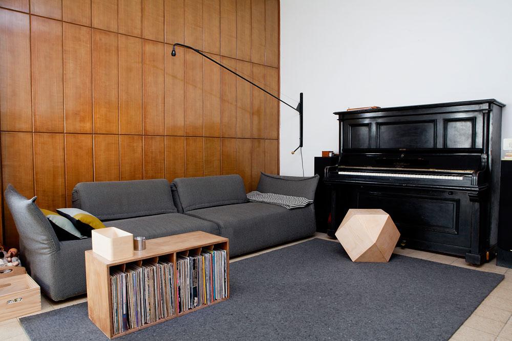 """הפינה האהובה על אליס דהן: """"הספה שמשקיפה על פינת המשחקים, חדר העבודה והסלון"""" (צילום: ענבל מרמרי)"""