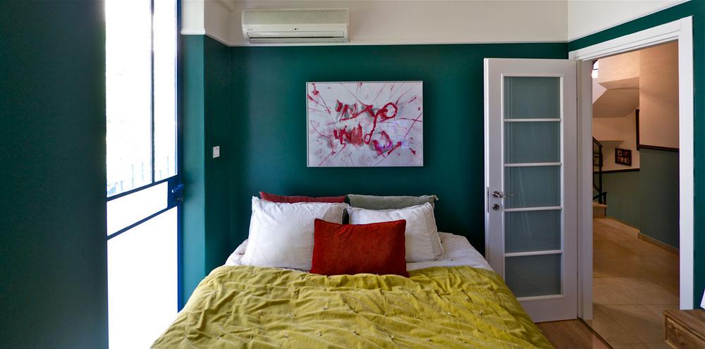"""""""רציתי שהבית יהיה דומה לי, לסגנון שאני אוהבת ולאורח החיים האקלקטי שלי"""" (צילום: איתי סיקולסקי)"""