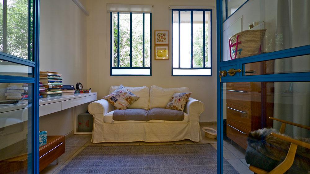 """""""כמו הבית, גם הבגדים שאני משווקת ומעצבת צבעוניים, קצת אתניים, חצי אינטלקטואליים"""" (צילום: איתי סיקולסקי)"""