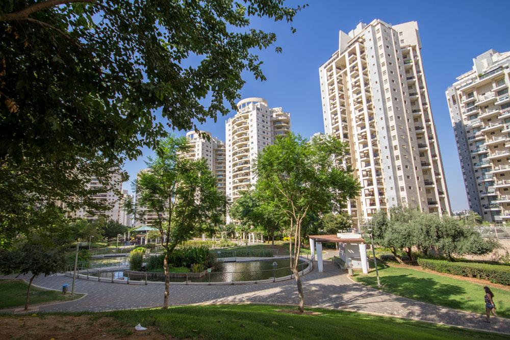 זו אחת השכונות הגדולות שנבנו בישראל בשנים האחרונות, ואת הבעיות שלה סקרנו בכתבה נרחבת. לחצו על התמונה לכתבה על אם המושבות החדשה, פ''ת (צילום: אביעד נוטריקה, לשכת דובר העירייה)