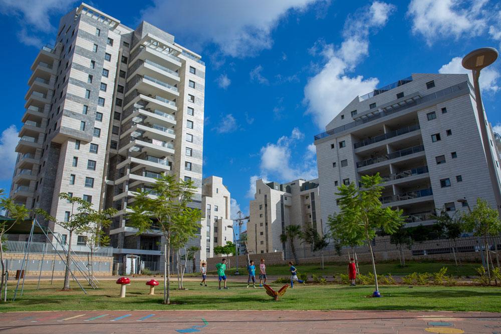 הבניינים בשכונות החדשות מתעלמים מהשכנים שלהם. אין בלוק עירוני שיוכל ליצור קשר בין אנשים ורחוב אמיתי. זאת כפר סבא הירוקה. לחצו על התמונה לניתוח העיר (צילום: עמיר סער)