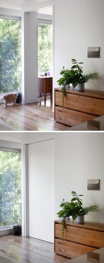 בקיר המשותף לסלון וחדר השינה דלת הזזה גדולה ( צילום: אלעד שריג )