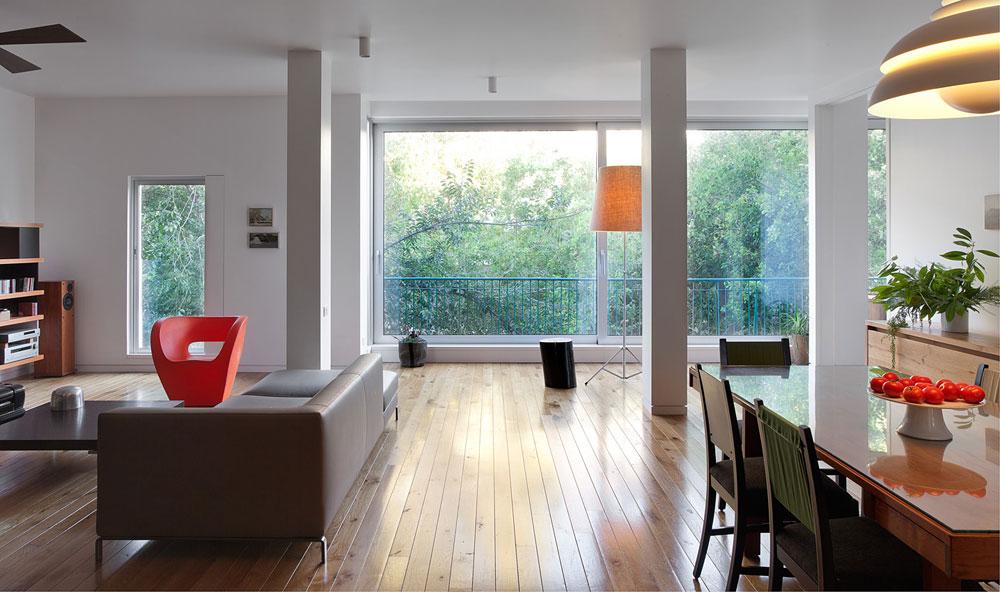 מרפסת הסלון ''הוכנסה'' פנימה, פינת האוכל מוקמה מול הנוף הירוק הנשקף מחלונות הזכוכית הגדולים, ובהמשך לה נמצאת דלת הזזה רחבה שמובילה לחדר ההורים החדש ( צילום: אלעד שריג )