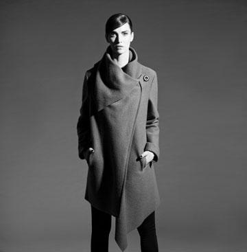 מעיל גדול בקולקציית החורף של רונן חן (צילום: אלון שפרנסקי)