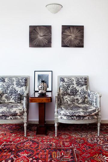 רהיטי הבית מתכתבים עם האביזרים במלתחה (צילום: ענבל מרמרי)