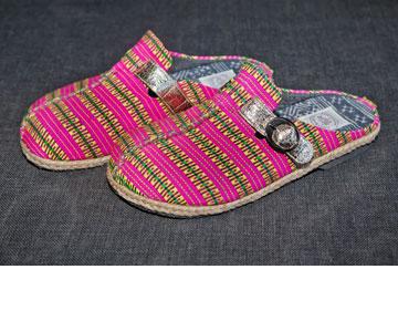 """נעלי נוחות מתאילנד. """"יש פה יופי של צבעוניות ופס זהב רחב מעור. מודה, אני אוהבת נוצץ"""" (צילום: ענבל מרמרי)"""