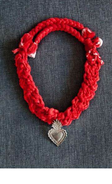"""שרשרת אדומה עם תליון הלב הקדוש. """"יש לי שתי שרשראות שנרכשו במוזיאון למלאכות יד שבמקסיקו סיטי, לדעתי היפה ביותר מסוגו בעולם"""" (צילום: ענבל מרמרי)"""