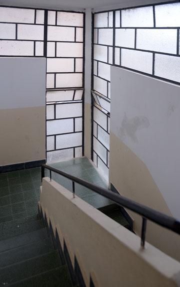 חדר מדרגות ברח' אחד העם 11, בניין בתכנון אדריכל בנימין אוראל. מתוך התערוכה (באדיבות מוזיאון חיפה, צילום: מארק יאשאייב)