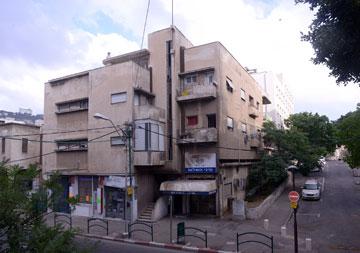 משחקי נפחים בחזית בניין ברחוב ביאליק. אדריכל: יוסף קלארווין (באדיבות מוזיאון חיפה, צילום: מארק יאשאייב)