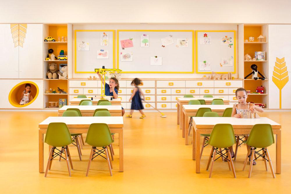 סקאלת צבעים ירוקה-צהובה-לימונית בגן חיטה. כל כיתה תוכננה לאכלס 35 ילדים, ובפועל לומדים 25 (צילום: עמית גרון)