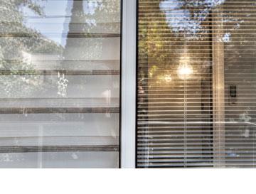 מנורת ליבון בין התריס לזכוכית. מאירה כלפי חוץ וכלפי פנים (צילום: איל תגר)