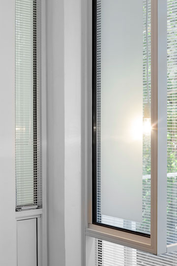 התריס הוניציאני בין חדר הילדים למרפסת, שמכניס אור עדין בלילה (צילום: איל תגר)