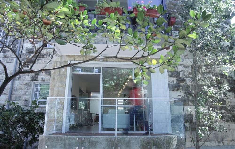 מראה מרפסת הדירה מהרחוב שבשכונה השקטה בלב ירושלים (צילום: אדם שרז)