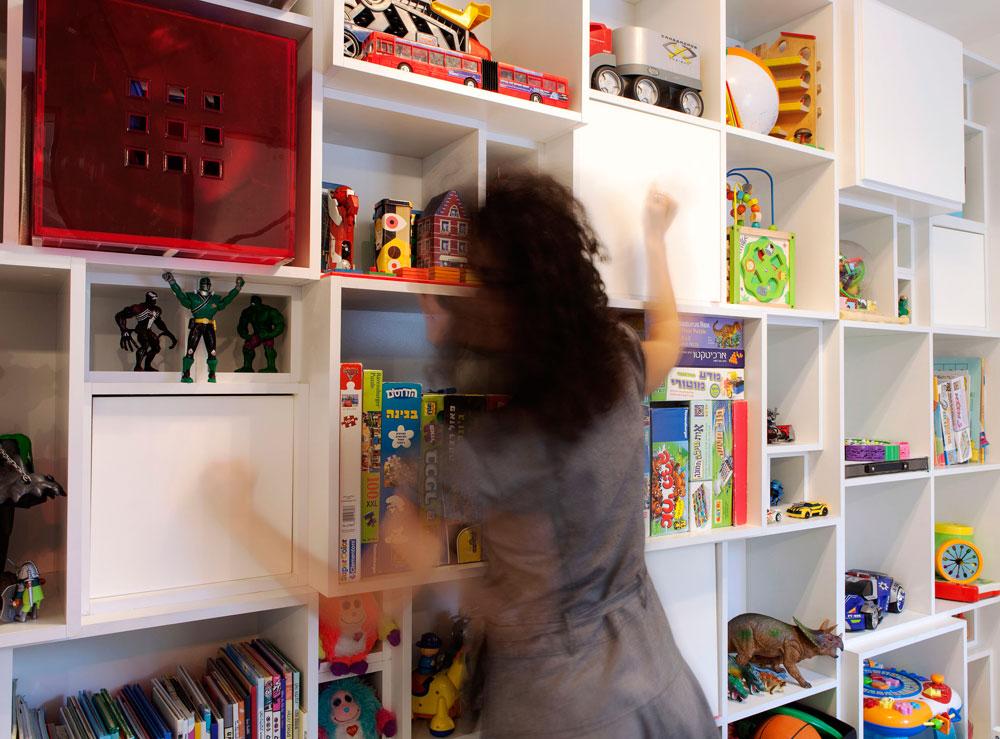 המכסים של הקוביות הגדולות בספריית המשחקים עוצבו כמו תופי קחון מקסיקניים, כך שאפשר לתופף עליהם (צילום: איל תגר)