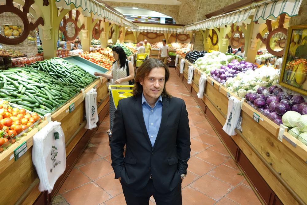 """סימאונה במחלקת הירקות, שעוצבה בהשראת שוק האוכל בקמפו די פיורי, רומא. מאחורי הפרויקט עומדת משפחת חמוד מהכפר ירכא, """"אבל אני הבאתי את הרעיונות"""", מדגיש האדריכל (צילום: מיכאל יעקובסון)"""
