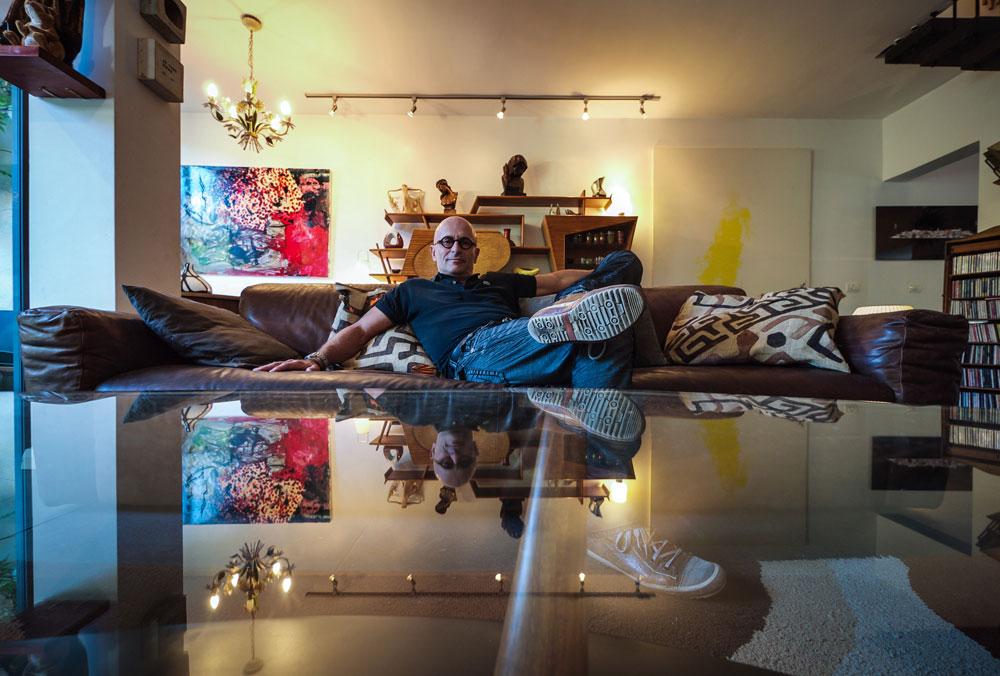 """קלוד סמואל בביתו. """"תחושה של בית של פעם"""" (צילום: איתי סיקולסקי)"""