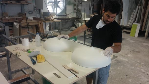 כרמון בתהליך העבודה על המנורה, שעשויה מקוריאן (באדיבות ''יריד צבע טרי 7'')