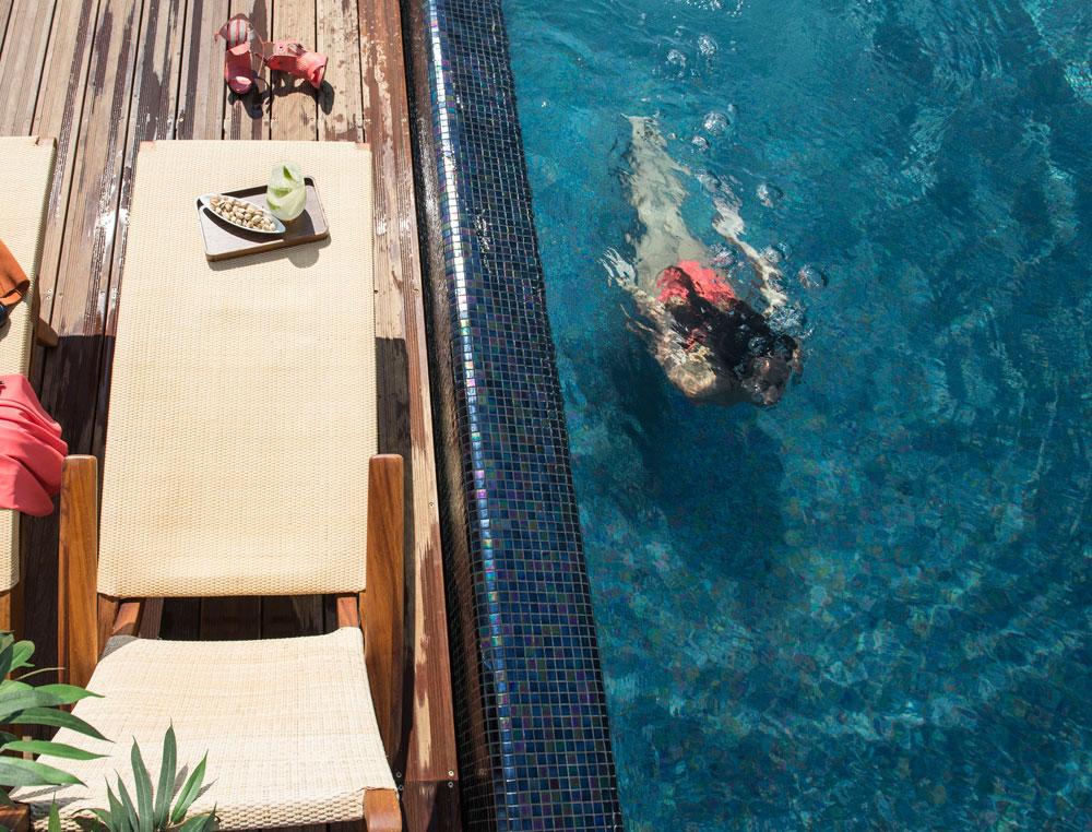 אני שוחה לי על הגג. הבריכה תהפוך בוודאי לסמל החיים הטובים של תל אביב המעודכנת (צילום: סיון אסקיו)