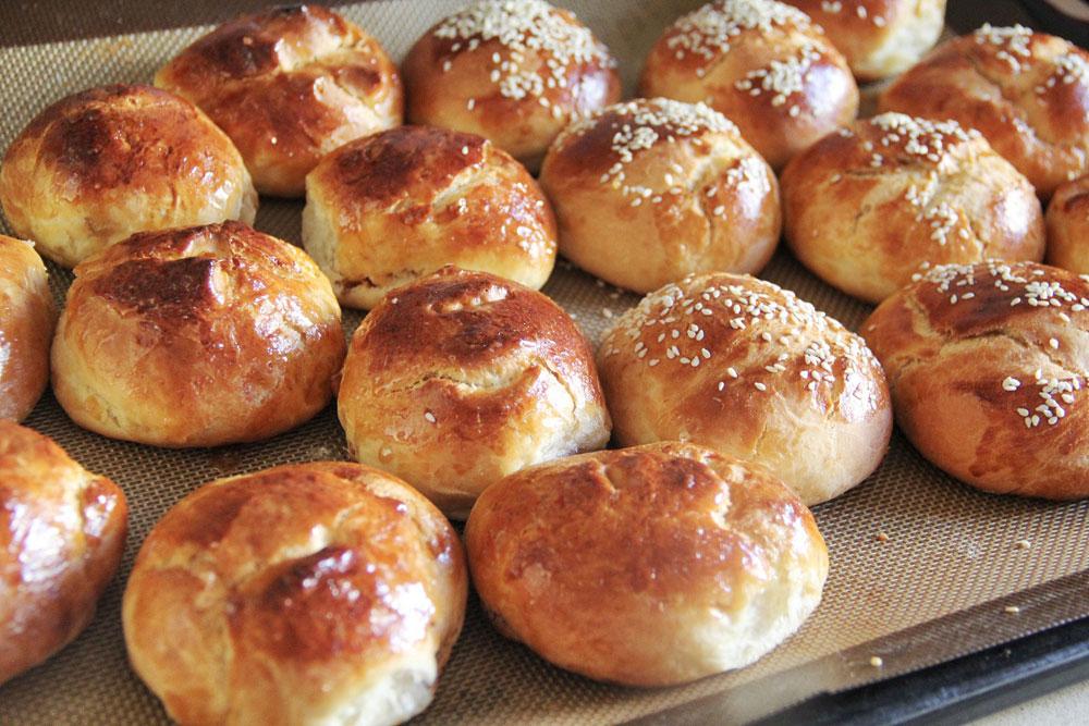 לחמניות מתוקות עם משמשים וצנוברים (צילום: חיה אילונה דר)