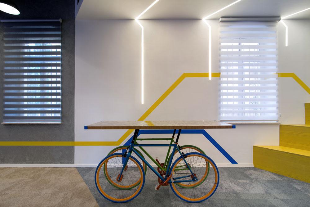 זהו ה-''speed room'' - חדר לישיבות בעמידה. לחידוד המסר הונח השולחן שסביבו עומדים על שני זוגות אופניים. המשטח הודפס במדפסת תלת ממד של המעצבים, ועליו חרוצה מפת העיר (צילום: אילן נחום)