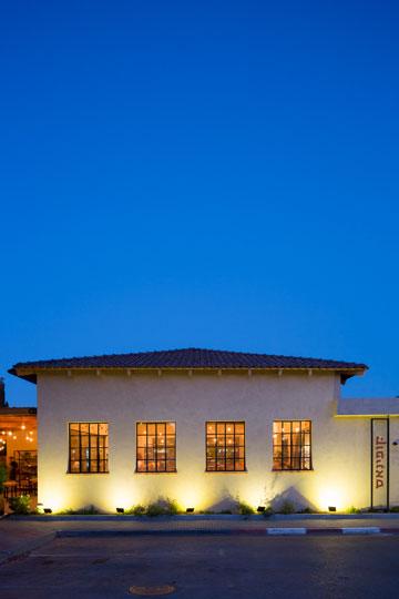אחרי: בית קפה שהוא גם מיני מוזיאון לתולדות המושב (צילום: שי אפשטיין)