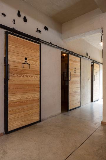 ''קופינאס'', דלתות השירותים (צילום: שי אפשטיין)