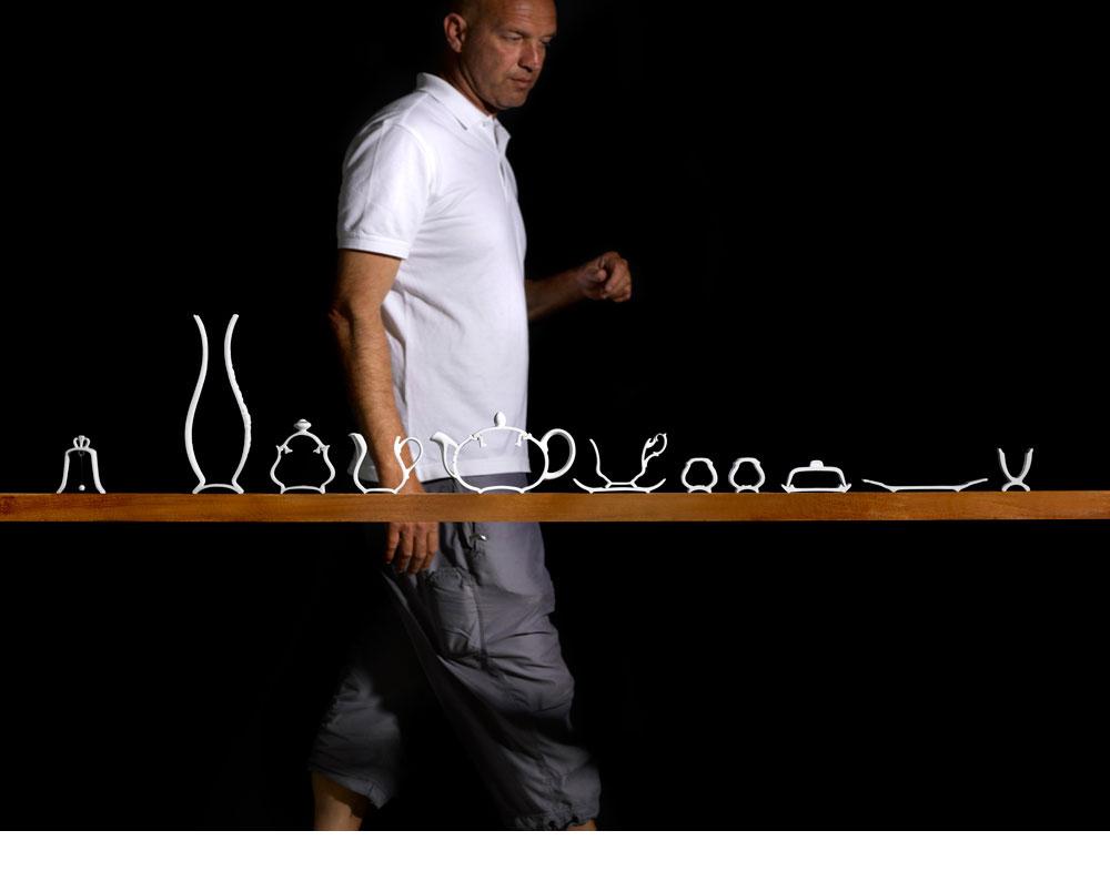 עמי דרך בתערוכת קרמיקה ב''בית בנימיני'', בשנה שעברה. נהג לעבור בשוק הפשפשים בדרך לסטודיו שביפו. הכלים שהביא נפרסו, כדי לחשוף את השדרה (צילום: מוטי פישביין)